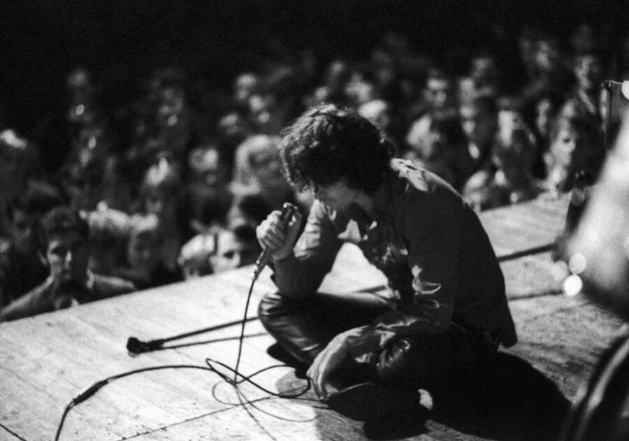 Джим Моррисон (Jim Morrison) на сцене